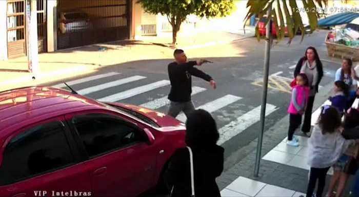 Вооруженная мать защищается от преступника с револьвером. Видео