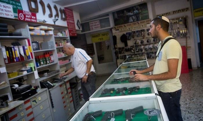 Израильтянин покупает оружие в Иерусалиме.
