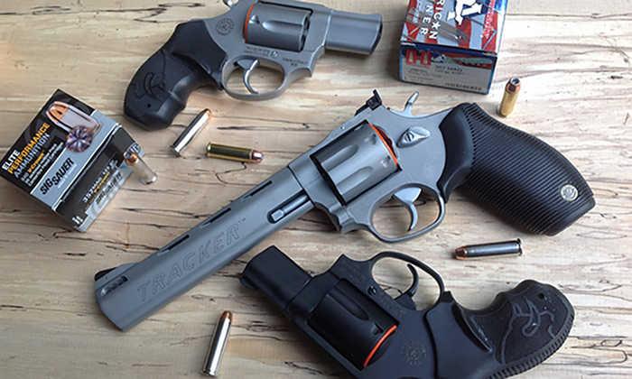 Револьвер – це тип зброї із, можливо, найпростішим поводженням, що робить його гарним вибором для новачків.