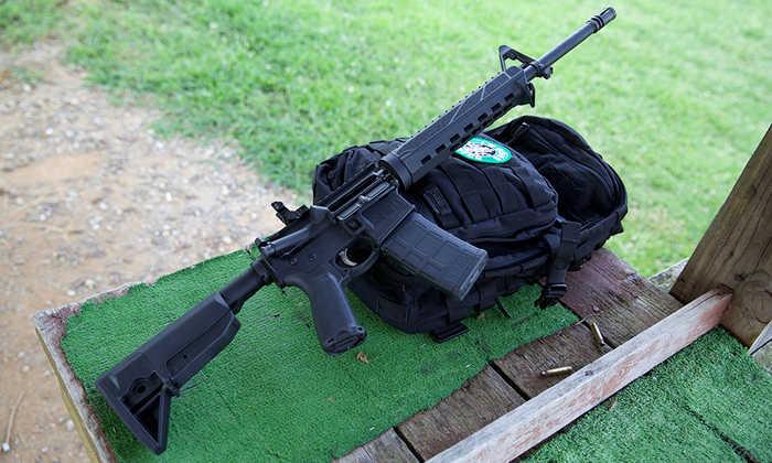 Гвинтівка AR-15 довша, проте більш точна і стабільна.