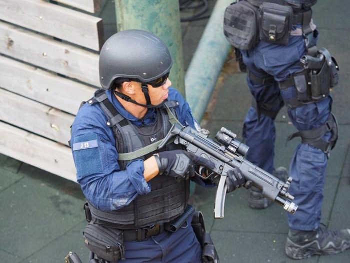 Німецький поліцейський з пістолетом-кулеметом MP5