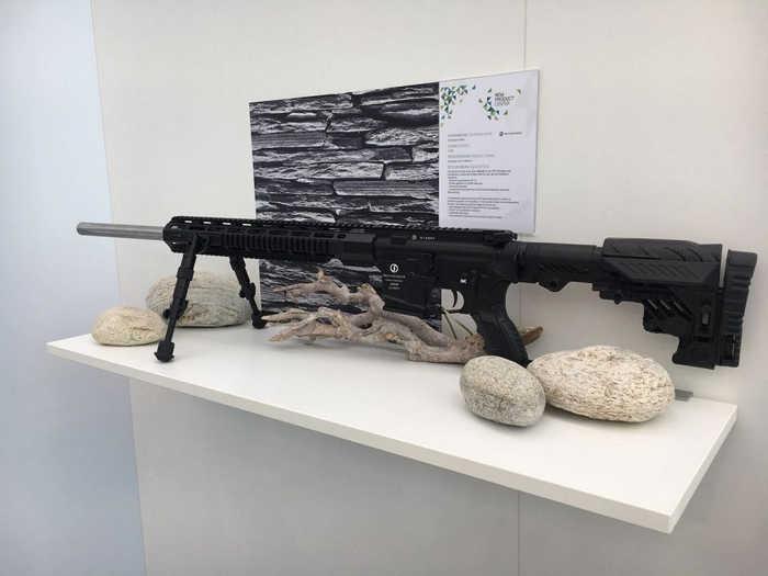 Гвинтівка оснащена повністю регульованим прикладом ізраїльської фірми CAA.